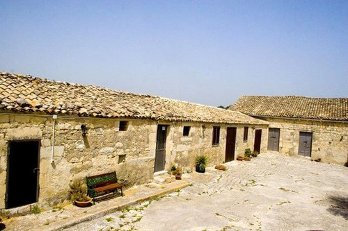 Ancient farmhouse on the Iblei Mountains with garden and swimming pool - Ragusa