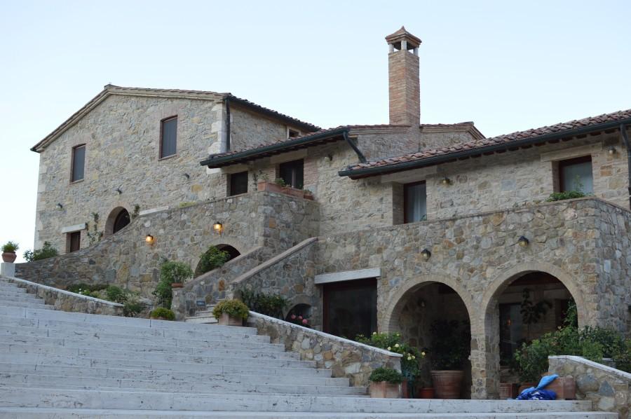 Agriturismo casa colonica in cima alla collina a for Casa in cima al garage