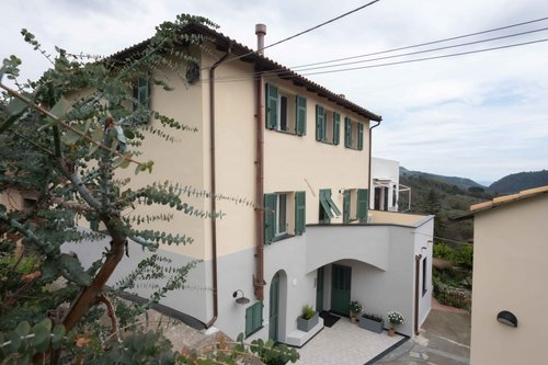 Farmhouse surrounded by olive trees on the Ligurian coast - Tovo San Giacomo